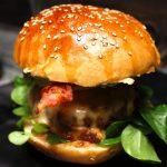 Klassik Cheeseburger mit Guacamole Topping