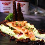 Rotes Meerbarben-Filet mit Erbsen-Kartoffelpüree, Zitronen-Walnussbutter und Pumpernickel Croûtons